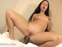 Sexy Naty fickt sich mit Mega Dildo ins Arschloch