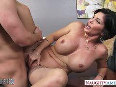 Hart fick auf dem Sofa der Latina - PORNOHAMMER