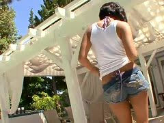 Car babe Vanessa Leon seduces Talon in daisy dukes