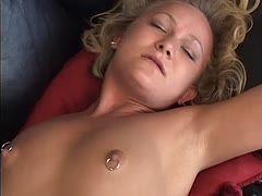 Eine schlanke blonde MILF mit gepiercten Brustwarzen