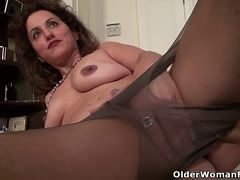 Serena Cruz' pussy is itching under her nylons