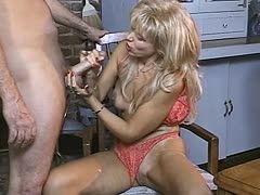 Blonde Milf treibt seinen Schwanz zum Wahnsinn